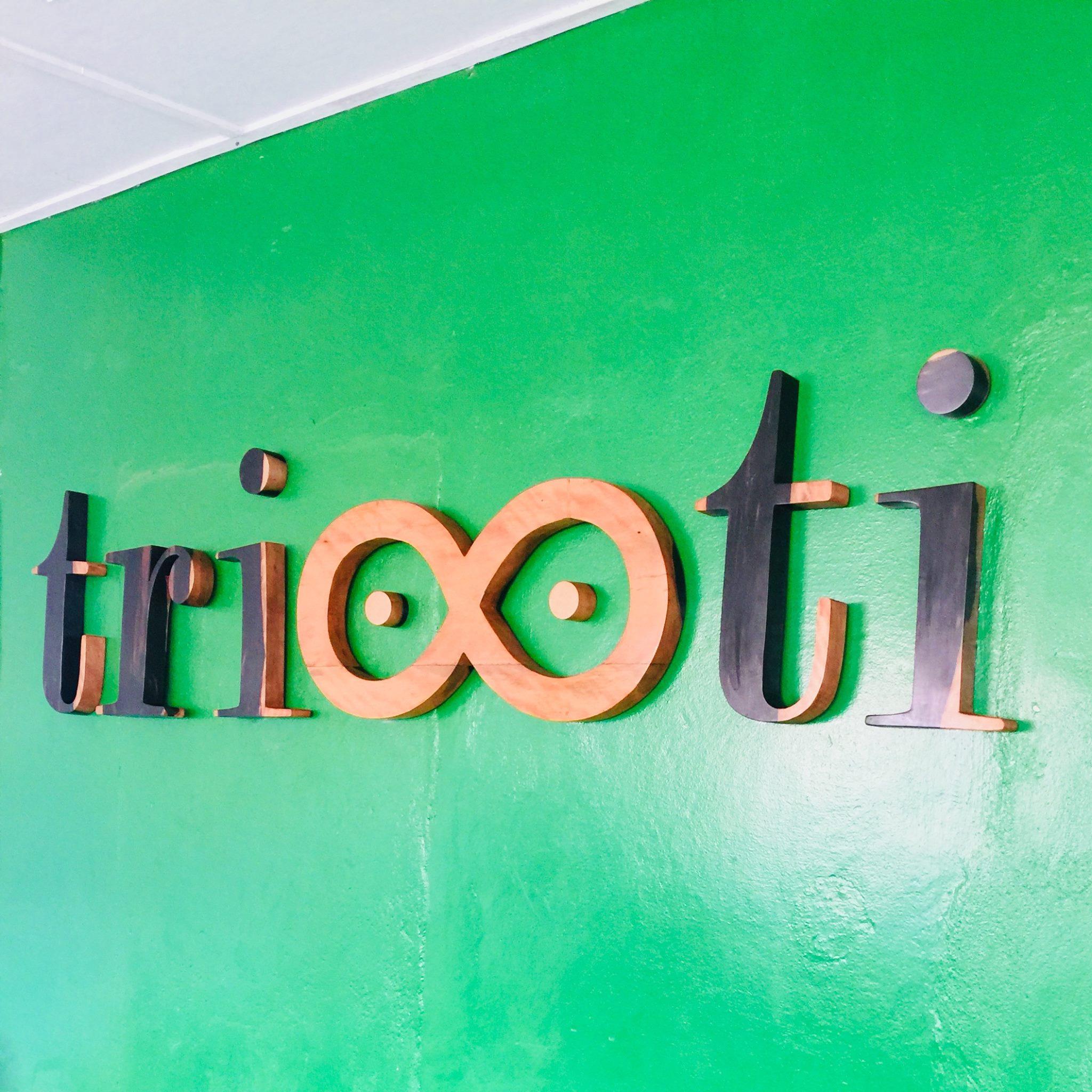 Création de votre logo professionnel en bois et fixation en grandeur nature sur le mur de vos locaux